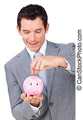 zelfverzekerd, zakenman, reddend geld, in, een, piggybank