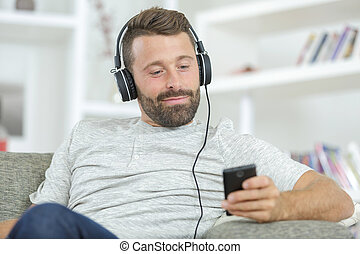 zene hallgat, otthon, ember