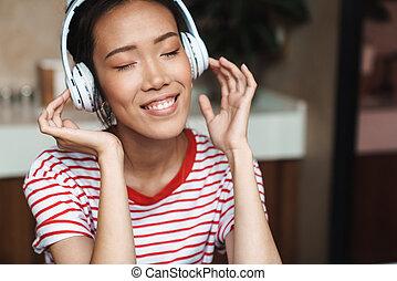 zene, nő, fejhallgató, meglehetősen, portré, kávéház, ázsiai, kihallgatás
