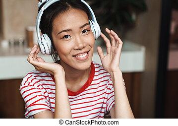 zene, nő, fejhallgató, portré, kávéház, ázsiai, vidám, kihallgatás