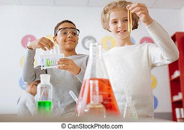 zenei felütés, diákok, átvizsgálás, a, eredmény, közül, kémiai, kísérlet