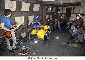 zentrieren, arbeitende , gestein, zwei, mädchen, band., gitarren, musiker, blitze, schlagzeugspieler, elektro, sänger, studio.