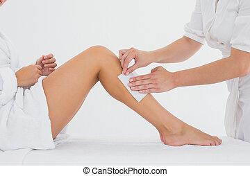 zentrieren, bein, frau, einwachsen, therapeut, spa