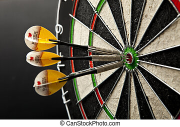 zentrieren, dartboard, drei, schwarzer hintergrund, dartpfeile