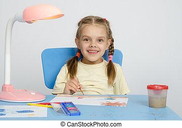 zes, jaar oud, het glimlachen van het meisje, gelukkig, tekening, de, tafel