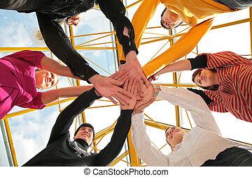zes, vrienden, aansluiting, handen, laag hoek overzicht