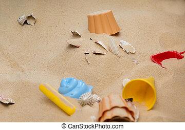 zet op het strand speelgoed, in het zand