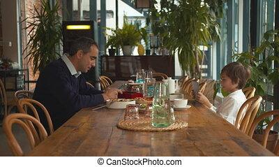 zetten, aanzicht, telefoon, man, bovenkant, zijn, toneelstukken, tablet, zoon, koffiehuis