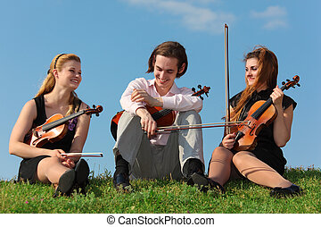 zetten, hemel, drie, tegen, violinists, gras
