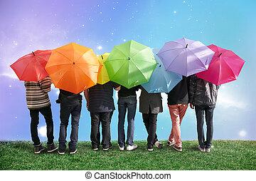 zeven, vrienden, met, regenboog, kleur, paraplu's, op,...