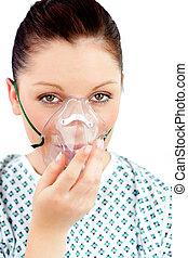 ziek, jonge vrouw , met, een, zuurstofmasker, kijken naar van het fototoestel