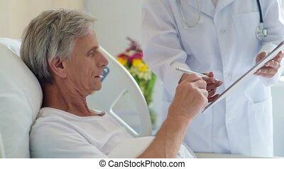 ziek, oud, man, signerende papieren, in, een, ziekenhuis