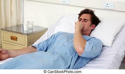 zieke man, het liggen, op, patientenbed, hoesten