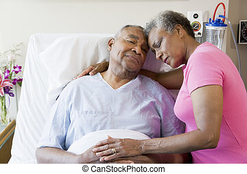 ziekenhuis, paar, senior, omhelzen