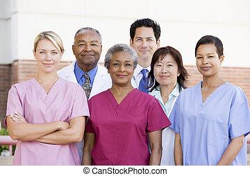 ziekenhuis personeel, staand, buiten, een, ziekenhuis