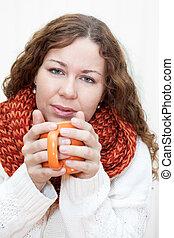ziekte, vrouw, met, een, warme, kop van thee, in, handen, vrijstaand, op wit, achtergrond