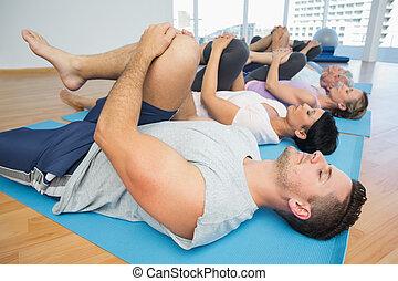 zijaanzicht, van, fitheid brengen onder, stretching, benen
