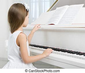 zijaanzicht, van, klein meisje, in, witte kleding, spelende piano