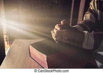 zijn, bijbel, unrecognizable, holdingshanden, biddend, man
