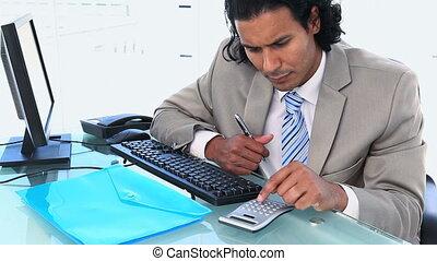 zijn, bureau, terwijl, gebruik, zakenman, rekenmachine, zittende