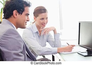 zijn, collega, nieuw, werken, legt uit, mentor