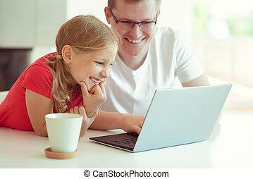 zijn, dochter, hebben, werkende , draagbare computer, vader, jonge, mooi, gedurende, plezier, thuis, vrolijke