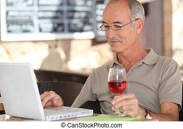 zijn, draagbare computer, gebruik, senior, koffiehuis, man