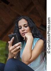 zijn, gebruiken, vrouw, networking, -, jonge, telefoon, hardloop, gemengd, sociaal, beroeren, vrienden, smart