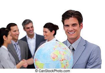 zijn, globe, vasthouden, team, voorkant, zakenman, vrolijke