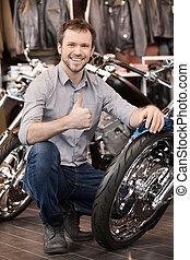 zijn, het hurken, mannen, jonge, vrolijk, motorfiets, nieuw, owner., vrolijke