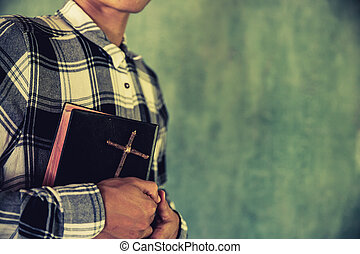 zijn, jonge, bijbel, holdingshanden, man