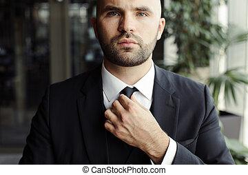 zijn, maakt recht, zwart kostuum, vastknopen, man