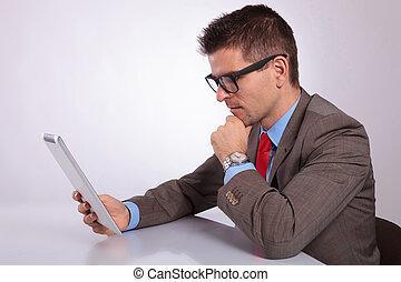 zijn, tablet, zakelijk, jonge, pensively, het kijken, bovenkant, man