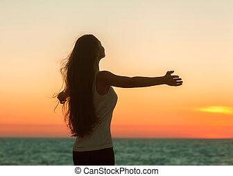 zijn, vrouw, vrolijke , vrijheid, gevoel, kosteloos, het genieten van, strand, sunset.