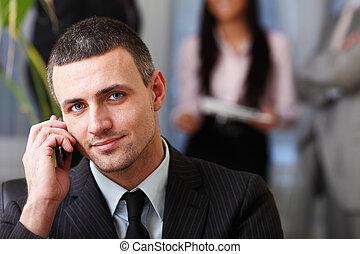 zijn, werkende , uitvoerend, terwijl, telefoon, achter, team, zakenman, mooi