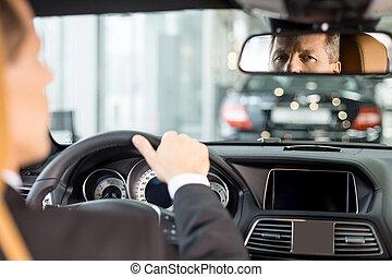 zijn, zittende , auto, bestuurders, aanzicht, formalwear, het kijken, zeker, auto., spiegel, plek, senior, gevoel, nieuw, achterkant, man