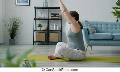 zimmer, seite, sitzen, attraktive, erwarten, matte, dehnen, ansicht, joga, cozy, mutter, koerper