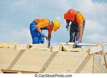 zimmermänner, an, hölzern, dach, arbeit