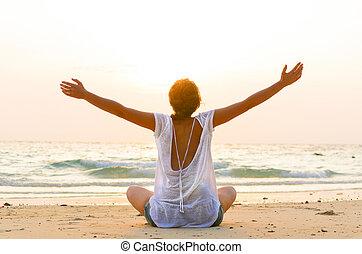 zitten op strand, op, zonopkomst
