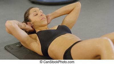 zitten-ups, vrouw, vloer, gym, geconcentreerde, fitness
