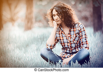 zittende , jong indisch meisje, gras, brunet