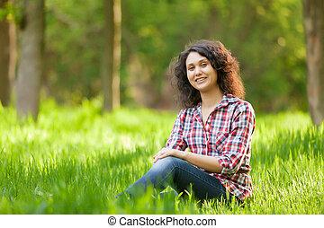 zittende , jonge, indiër, groene, meisje, gras, brunet