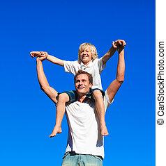 zittende , kind, vader, zijn, schouders