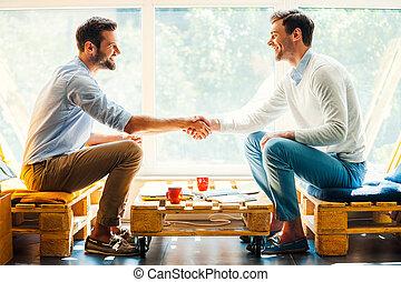 zittende , mannen, jonge, twee, terwijl, venster, handen, vooraanzicht, rillend, bovenkant, hands., vrolijke