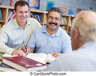 zittende , mannen, notepad, twee, het boek van de bibliotheek, een ander, focus), (selective, man