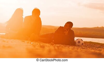 zittende , op het zand, mens het spreken, op de telefoon, slowmotion, video