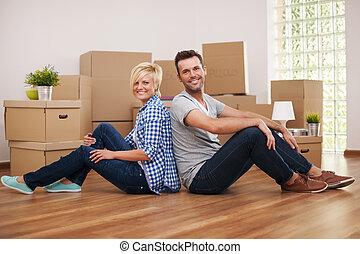 zittende , paar, back, hun, nieuw huis, vrolijke