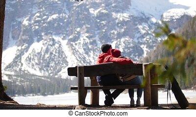 zittende , paar, jonge, bankje, traveling., het genieten...
