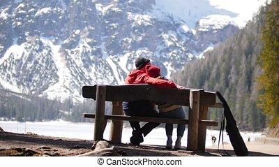 zittende , paar, jonge, het koesteren, traveling., bankje,...