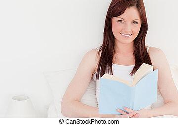 zittende , roodharig, terwijl, boek, vrouwlijk, prachtig, lezende